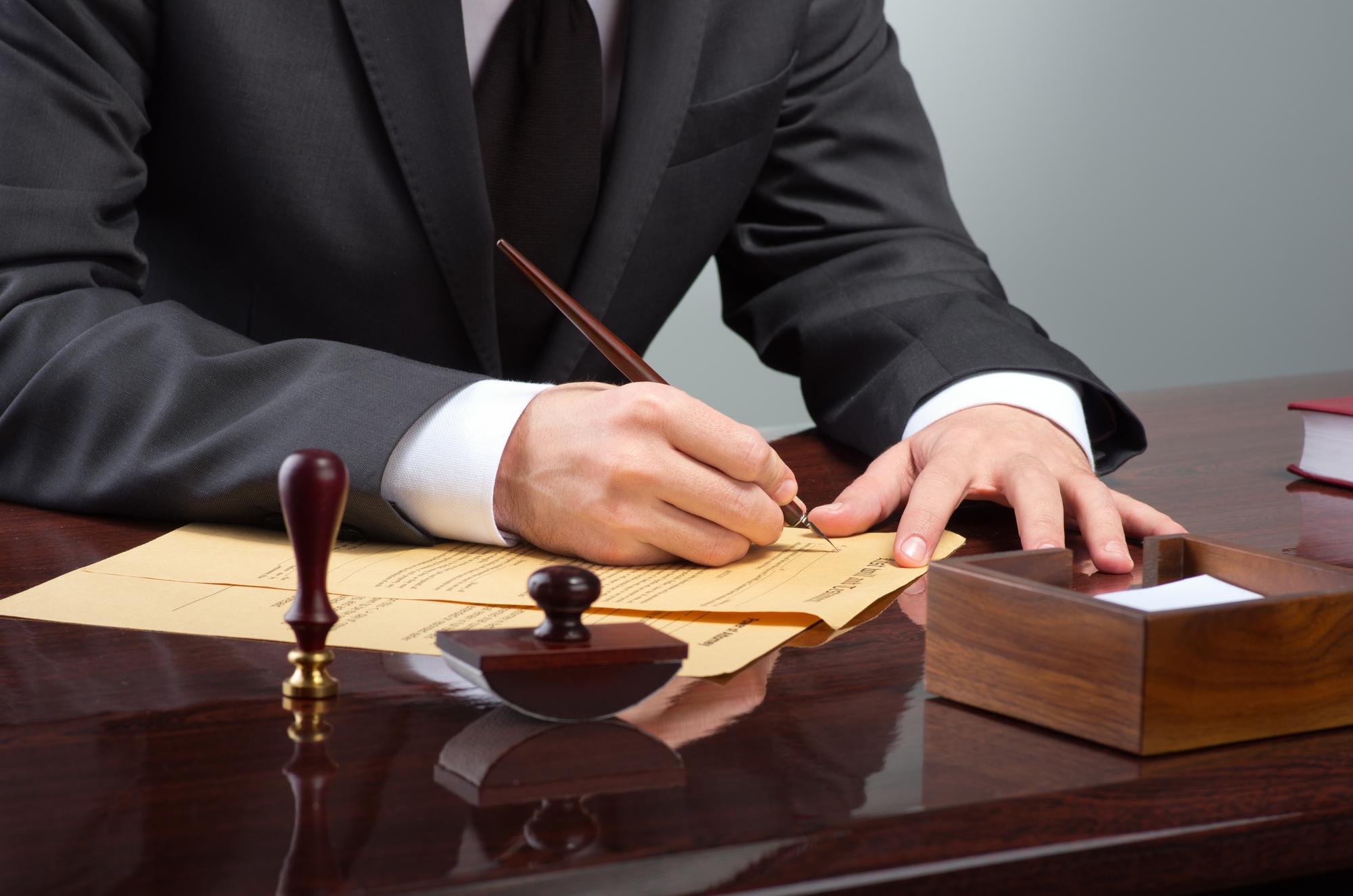 Adwokat podpisuje dokumenty